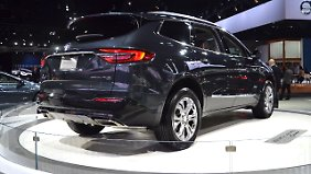 Die Rückleuchten des Buick Enclave tragen den typischen Opel-Blitz.