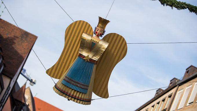 """Der restaurierte Rauschgoldengel """"Bärbel"""" hängt am Zugang zum Nürnberger Christkindlesmarkt. Insgesamt wurden drei Rauschgoldengel in mehr als sechs Monaten runderneuert."""