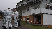 Kriminaltechniker sichern am Tatort Spuren.