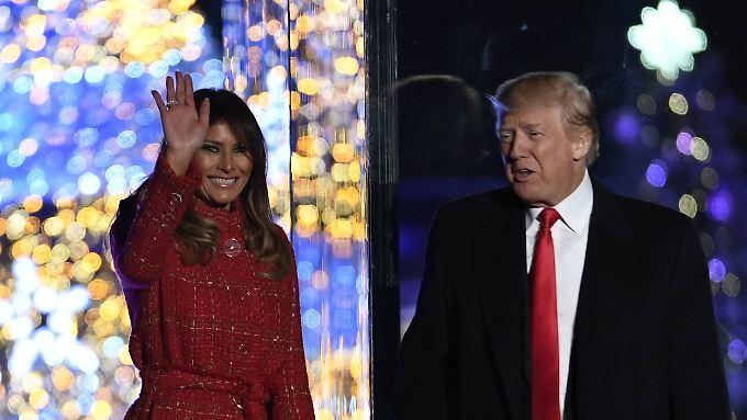 """Am Donnerstag weihten Donald Trump und seine Frau den """"nationalen Weihnachtsbaum"""" vor dem Weißen Haus ein."""