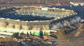Viel Lärm um nichts: Stadionsprengung löst sich spektakulär in Rauch auf