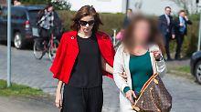 Nathalie Volk (L.) und ihre Mutter verlassen im März 2017 das Amtsgericht Soltau.