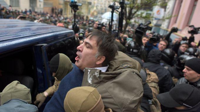 Erst zerrten Sicherheitsleute Saakaschwili in einen Gefangenentransporter - nach stundenlanger Blockade befreiten ihn schließlich die Demonstranten.