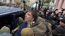 Demonstranten blockieren Straße: Saakaschwili aus Gefangenenbus befreit