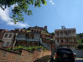 Jugendstilvillen säumen die Gassen in der Altstadt von Tiflis.