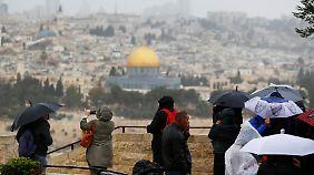 Touristen schauen sich die Altstadt von Jerusalem an.