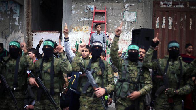 Hamas-Kämpfer im Gazastreifen - vor 30 Jahren wurde die Organisation gegründet, jetzt soll sie die Macht abgeben.