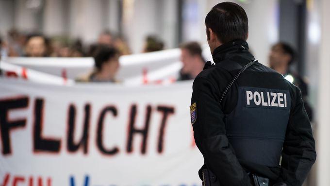 Die Bundespolizei sicherte am Frankfurter Flughafen eine Demonstration gegen den Abschiebeflug.