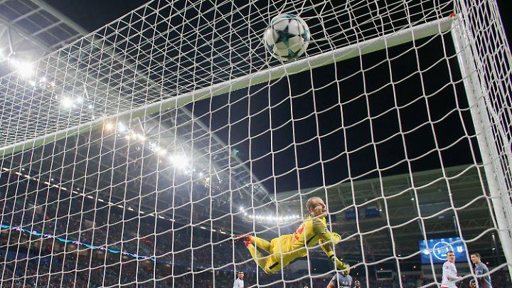 Konnte dem Ball beim 1:2 nur hinterherschauen: Leipzigs Keeper Gulacsi.