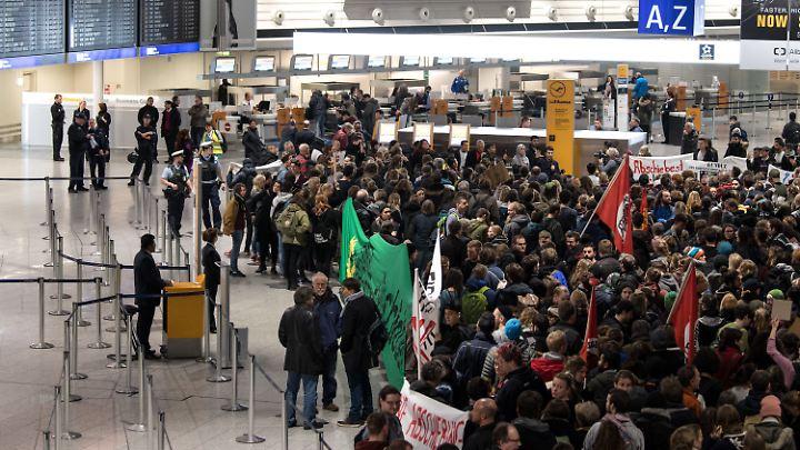 Vor dem Abflug hatte es am Frankfurter Flughafen eine Protestaktion gegeben.
