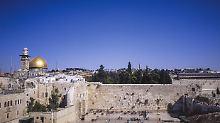 Die Mauer, an der die Juden beten, ist der letzte Überrest (die Westmauer) des zweiten Jerusalemer Tempels. König Herodes baute ab 20 n. Chr. den Tempel prachtvoll wieder auf. 70 n.Chr. zerstörten die Römer ihn.
