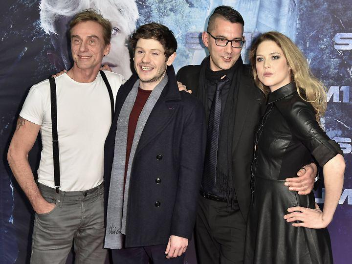 Christian Pasquariello (2.v.r.) mit seinen Darstellern André Hennicke, Iwan Rheon und Zoe Grisdale.