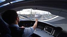 Der Lokführer Christian Faulstich fährt im Führerstand eines ICE am 06.11.2017 bei Erfurt (Thüringen) während einer Testfahrt auf der Strecke zwischen Erfurt und Bamberg.