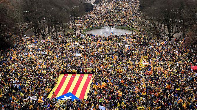 Viel los in Brüssel: Rund 45.000 Katalanen demonstrieren für die Unabhängigkeit.
