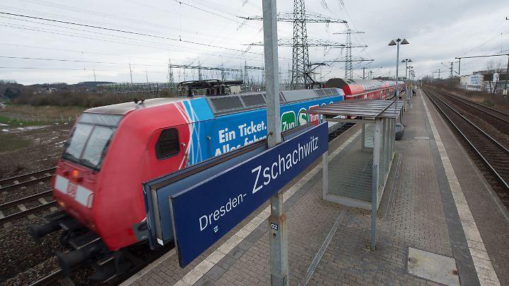 Am S-Bahnhof Dresden-Zschachwitz drängten zwei Asylbewerber einen Pendler ohne Grund von der Bahnsteigkante.
