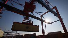 Verladen eines Containers beim Logistikunternehmen Eurokombi im Hafen von Hamburg.