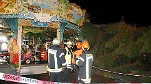 """""""Glück im Unglück"""" für Verletzte: Weihnachtsbaum stürzt auf Kinderkarussell"""