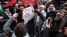 Antisemitische Demo in Berlin: Merkel verurteilt Flaggen-Verbrennung