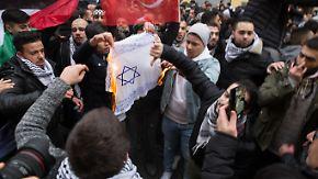 Antiisraelische Proteste: Merkel verurteilt Verbrennung von Israel-Flagge