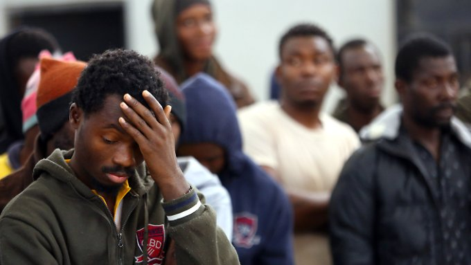 Viele Flüchtlinge werden in Libyen interniert und ihre Familien erpresst.