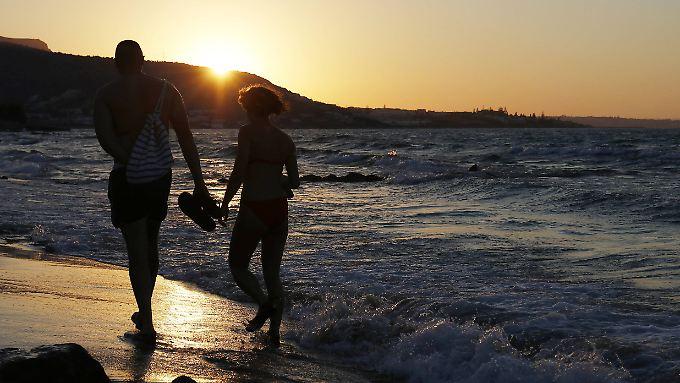 Entspannter Spaziergang am Strand, mal nur zu zweit - Urlaubsangebote, die Kinder ausschließen, sind heute kein Tabu mehr.