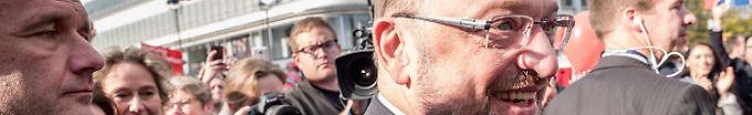 Der Tag: 13:50 Schulz feierte mit Bodyguards in Kneipe