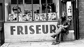 """""""Gammler"""", wie es damals abfällig hieß, vor einem Friseur in der Davidstraße."""