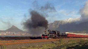 Nostalgische Touristenattraktion: Historische Dampflok rollt durch malerisches Südafrika