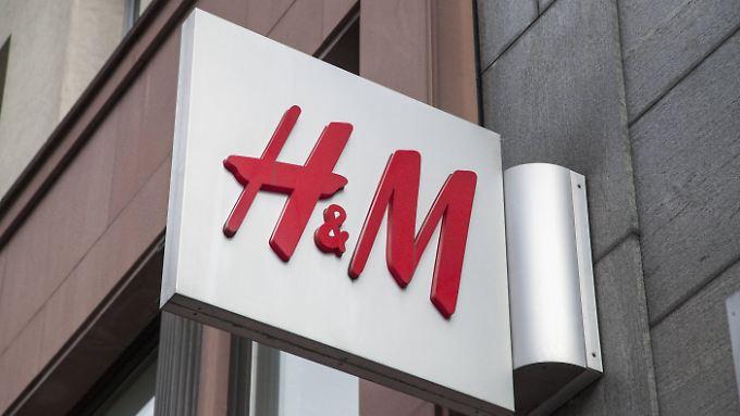 Seit zwei Jahren bleibt immer mehr Kleidung in den H&M-Läden liegen.