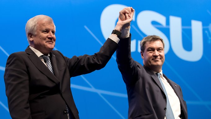 Seehofer bringt Söder in Siegerpose.