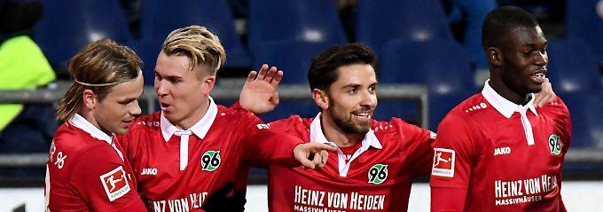 Hannovers Felix Klaus, Zweiter von links, bejubelt sein Tor zum 3:2 gegen Bayer Leverkusen. Der Mann von uns aus gesehen rechts  neben ihm ist  Julian Korb. Er erzielte das 4:4.