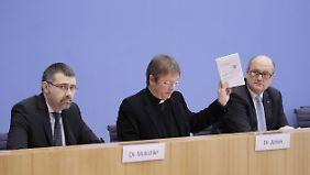 Karl Jüsten (m.), katholischer Vorsitzender der GKKE, fordert eine neue Rechtsgrundlage für den Export.