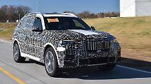 Trotz der Tarnung sind der mächtige Kühlergrill und die LED-Scheinwerfer des BMW X7 gut zu erkennen.