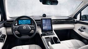 Der ES8 bietet ein aufgeräumtes Cockpit mit zwei großen Displays.