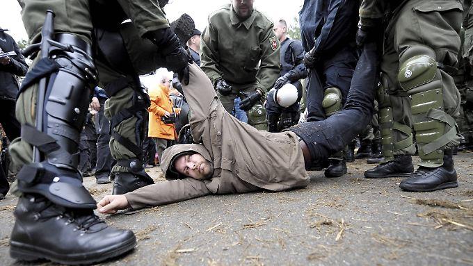 Schon lange fordern Grüne, Linke und Menschenrechtsorganisationen die Kennzeichnungspflicht, um effektiver gegen Polizeiwillkür vorgehen zu können. (Im Bild: Polizisten räumen eine Straßenblockade beim Castor-Transport 2008).