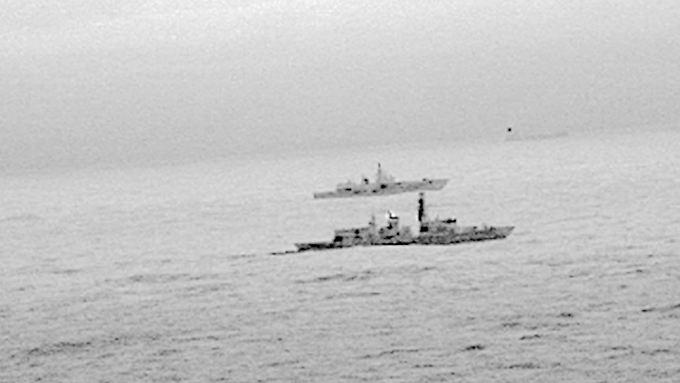 """Das britische Kriegsschiff """"HMS St Albans"""" begleitet die russische Fregatte """"Admiral Gorschkow""""."""