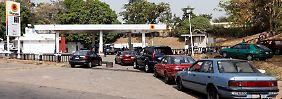 Engpass zu Weihnachten: Nigerianer beklagen Benzinknappheit