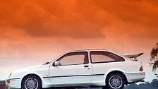 Über fünf handgeschaltete Gänge bretterte die viertürige Limousine per Heckantrieb in 6,4 Sekunden auf Tempo 100, das Maximaltempo lag bei 242 km/h. Auch der Sierra Cosworth ist heute mit 19.600 Euro kein Schnäppchen.