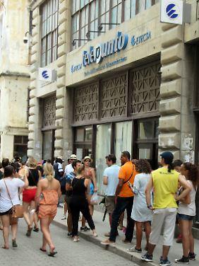 Diese Touristen stehen bei der staatlichen ETECSA für eine Internet- und Telefonkarte an - das ist günstiger als der Straßenverkauf.