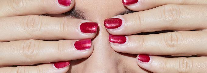 In manchen Lippenpflegestiften sind Paraffine enthalten.