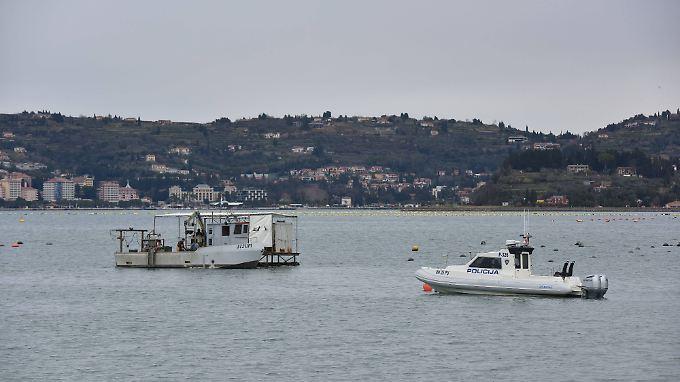 Polizei- und Fischerboote schwimmen vor Savudrija, einer koratischen Stadt am westlichen Zipfel der Bucht von Piran.