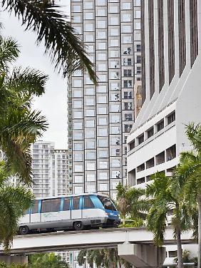 Der kostenlose Metromover fährt durch Miami.