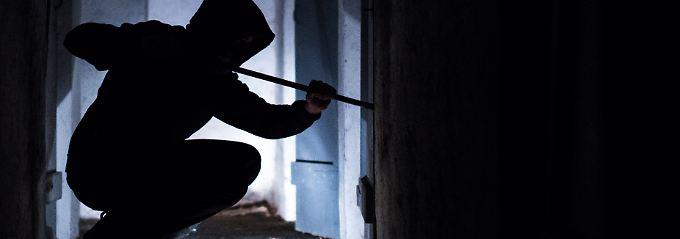 Grundsätzlich zahlt eine Hausratversicherung für Einbruchschäden nur dann, wenn der Tatort bestimmte Voraussetzungen erfüllt.