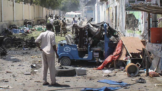 Nach einem Anschlag der Terrormiliz Al-Shabaab versammeln sich Sicherheitskräfte vor einem Regierungsgebäude in Mogadischu (Somalia).