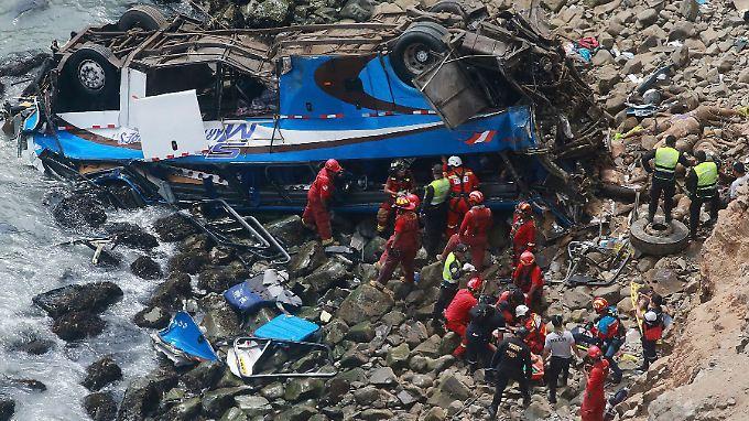 Rettungskräfte versuchen ihr Möglichstes vor Ort.