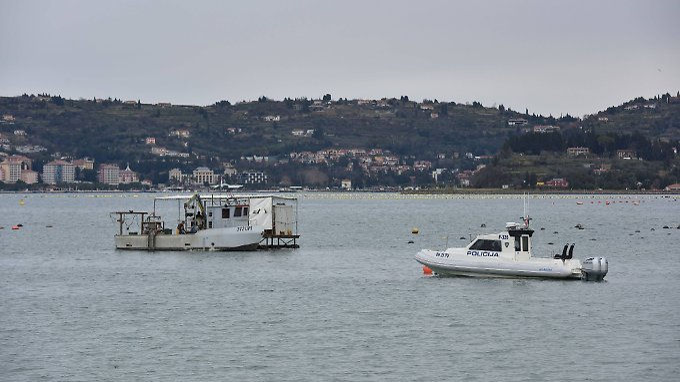 Kroatische Polizeiboote eskortieren Fischer in dem von Slowenien beanspruchten Gebiet.
