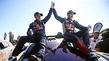 Titelverteidiger: Der französische Fahrer Stephane Peterhansel, rechts, und sein Beifahrer Jean Paul Cottret vom Team Peugeot