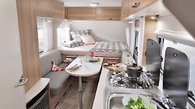 Neben vier Schlafstätten gibt es auch eine Nasszelle mit Cassetten-Toilette und Dusche, eine Küche mit Drei-Flammen-Kocher und 86-Liter-Kühlschrank.