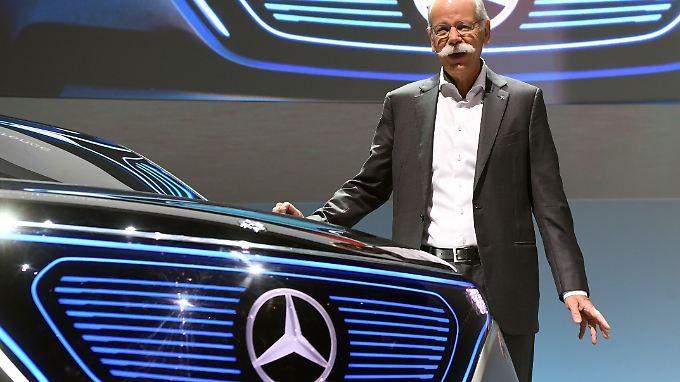Daimler-Chef Dieter Zetsche mit einer Studie der Elektromarke EQ.