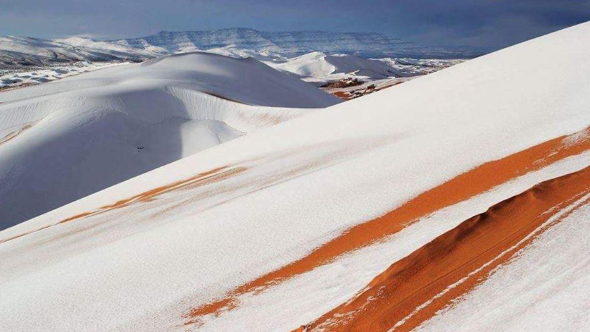 Seltenes Phänomen In Hitzeregion Schnee Bedeckt Dünen Der Sahara